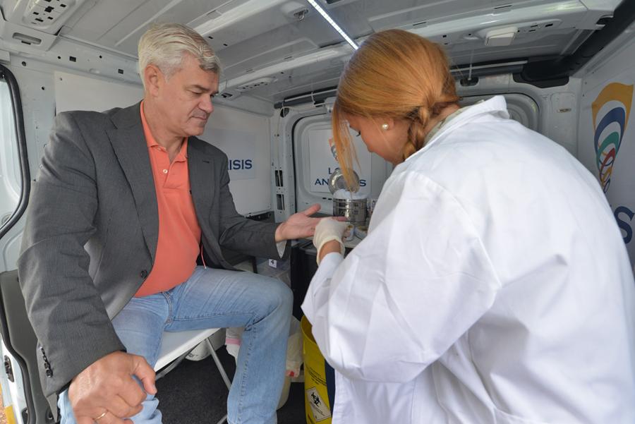Alpidio Armas, presidente del Cabildo de El Hierro, en las pruebas para medir el colesterol
