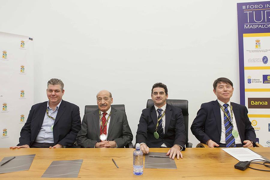 Dr. Erik Wolf, Dr. Jafar Jafari, Dr. Jesús Cisneros y el Dr. Kang Ki-Lee